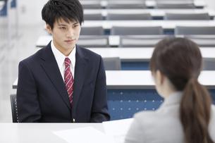 教室で面談を受ける男子学生の写真素材 [FYI02972607]