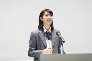 演台で話す女子高校生の写真素材 [FYI02972609]