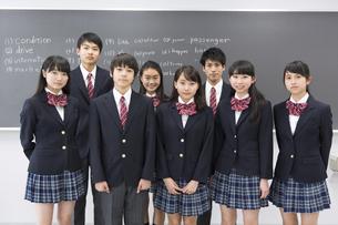 黒板の前で立つ学生たちのポートレートの写真素材 [FYI02972610]