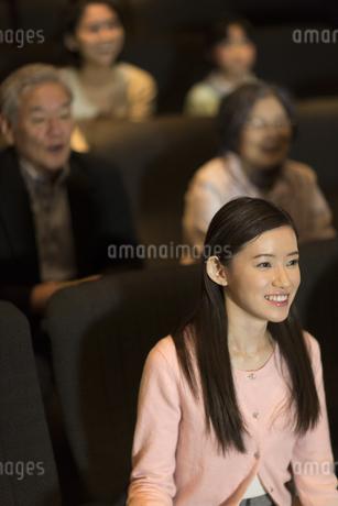 映画を観る女性の写真素材 [FYI02972630]
