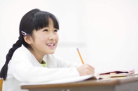 勉強をする女の子の写真素材 [FYI02972635]