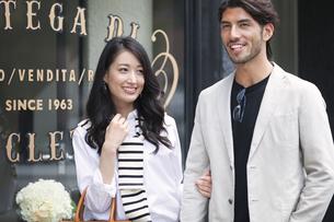 ウィンドウショッピングを楽しむ男性と女性の写真素材 [FYI02972641]