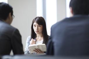 打ち合わせをするビジネス女性の写真素材 [FYI02972655]