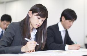 メモをとるビジネス男女の写真素材 [FYI02972664]