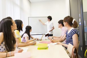 サークルのミーティングをする学生たちの写真素材 [FYI02972668]