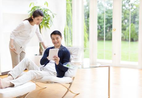 タブレットPCを見る夫婦の写真素材 [FYI02972671]