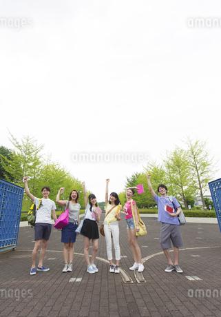 キャンパスの門で笑顔で並ぶ学生たちの写真素材 [FYI02972676]