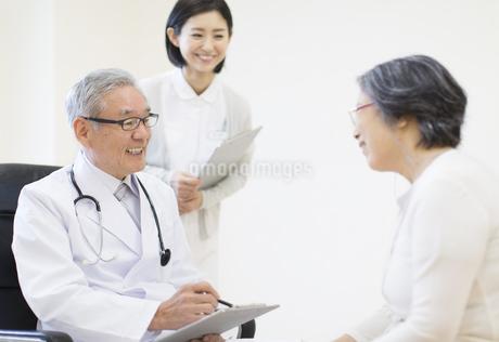 患者に問診をする男性医師の写真素材 [FYI02972684]