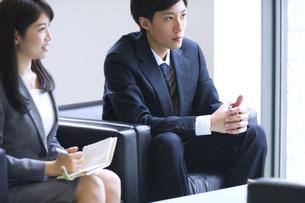 打ち合わせをするビジネス男女の写真素材 [FYI02972686]