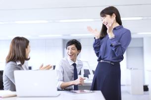 仕事で喜ぶビジネス男女の写真素材 [FYI02972687]