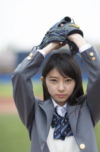野球ボールを投げる構えをする女子学生の写真素材 [FYI02972689]