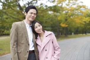 公園で立って寄り添うカップルの写真素材 [FYI02972691]
