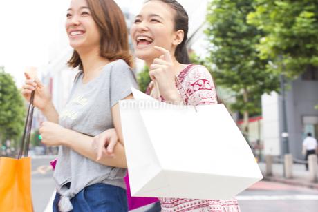 買物中に街を歩く2人の女性の写真素材 [FYI02972708]