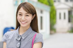 街中で微笑む女性のポートレートの写真素材 [FYI02972710]
