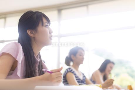 授業を受ける女子学生の写真素材 [FYI02972723]