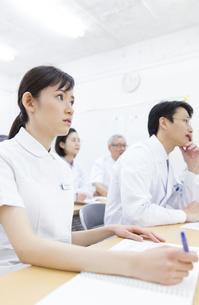 会議中の医師たちの写真素材 [FYI02972725]