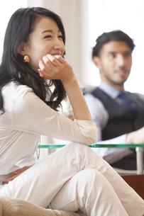 ソファーに座って微笑む男性と女性の写真素材 [FYI02972728]