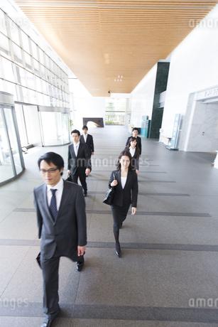 ビルのエントランスを歩くビジネス男女の写真素材 [FYI02972730]