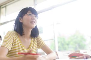 授業を受ける女子学生の写真素材 [FYI02972733]