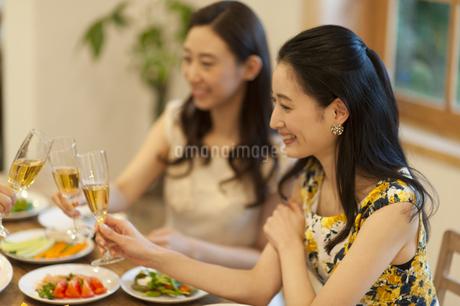 シャンパンで乾杯をする女性達の写真素材 [FYI02972741]