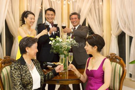 パーティーで乾杯する5人の男女の写真素材 [FYI02972744]