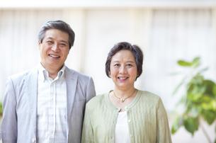 並んで微笑むシニア夫婦の写真素材 [FYI02972745]