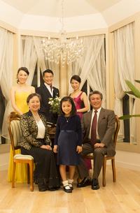 ドレスアップして微笑む三世代家族の写真素材 [FYI02972749]