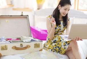 旅行の準備をする女性の写真素材 [FYI02972757]