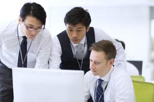 オフィスで打ち合せをするビジネス男性3人の写真素材 [FYI02972760]