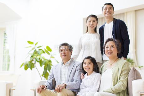 集合して上を見る三世代家族の写真素材 [FYI02972763]