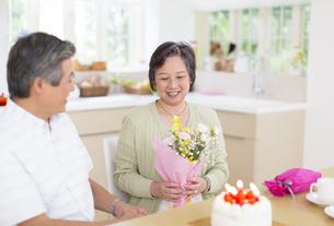 誕生日のお祝いをするシニア夫婦の写真素材 [FYI02972772]