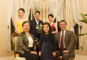 ドレスアップして微笑む三世代家族の写真素材 [FYI02972786]