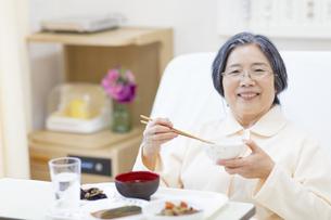 病院食を食べる患者の写真素材 [FYI02972792]