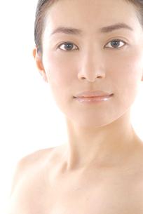 20代日本人女性のフェイスアップビューティーイメージの写真素材 [FYI02972794]