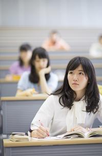 講義を受ける女子学生の写真素材 [FYI02972796]