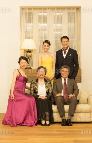 ドレスアップして笑顔の家族の写真素材 [FYI02972801]