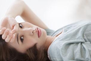 横たわる女性のポートレートの写真素材 [FYI02972807]
