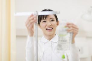 点滴を準備する女性看護婦の写真素材 [FYI02972808]