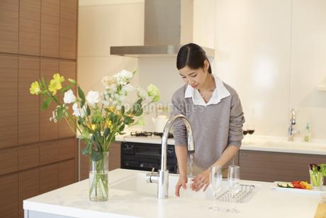 台所で皿を洗う女性の写真素材 [FYI02972815]