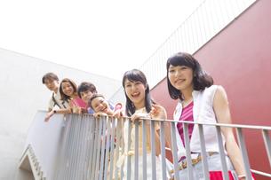 階段で笑顔で並ぶ学生たちの写真素材 [FYI02972819]