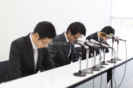 謝罪会見をするビジネス男性3人の写真素材 [FYI02972829]