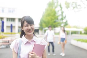 キャンパスで微笑む女子学生のポートレートの写真素材 [FYI02972830]