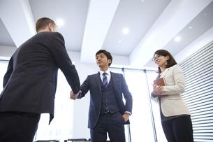 オフィスで握手をするビジネス男性の写真素材 [FYI02972842]