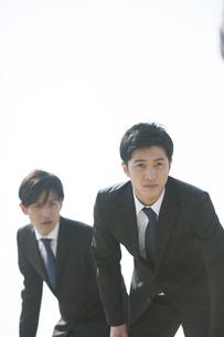 並んで構えるビジネス男性3人の写真素材 [FYI02972843]