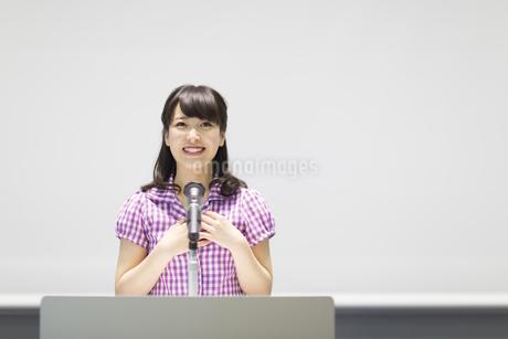 演台で話す女子学生の写真素材 [FYI02972850]