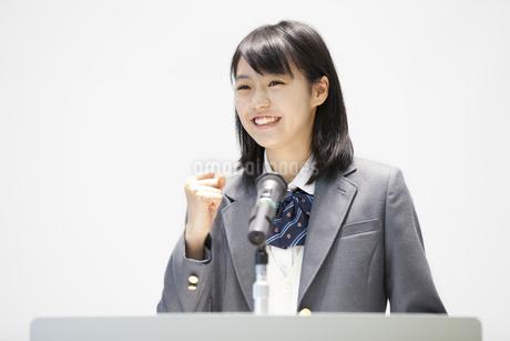演台で話す女子高校生の写真素材 [FYI02972853]