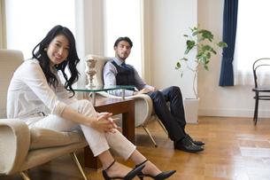 ソファーに座っている男性と女性のポートレートの写真素材 [FYI02972854]