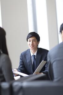 打ち合わせをするビジネス男性の写真素材 [FYI02972855]