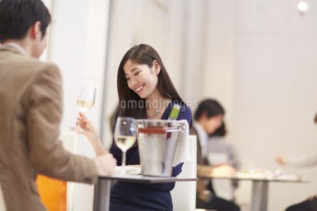 レストランでワインを手に笑い合うカップルの写真素材 [FYI02972859]