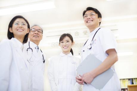 笑顔の医師たちの写真素材 [FYI02972863]